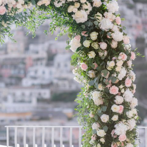 destination-wedding-positano-flowers-arch-details